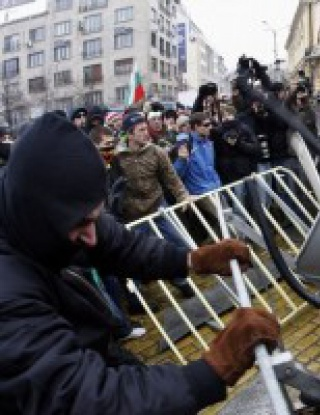 Полиция и футболни фенове в сблъсък пред Парламента
