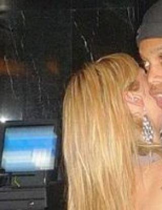 Роналдиньо си хвана тайнствена блондинка
