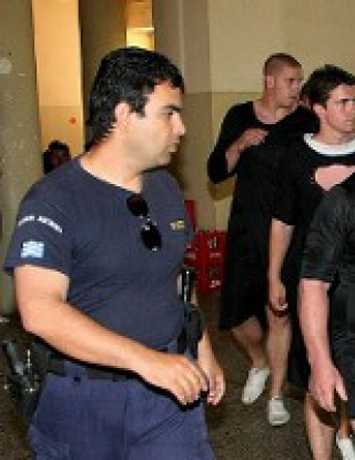 Футболисти се обличат като монахини, арестуват ги
