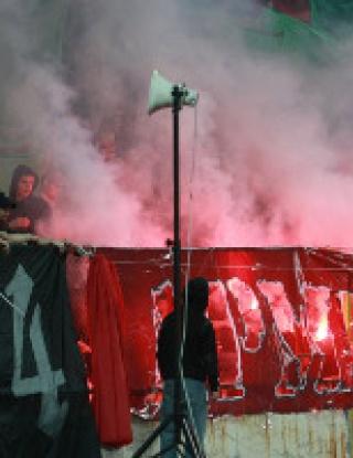 Публиката на ЦСКА нахлува на стадиона в Ловеч (видео)