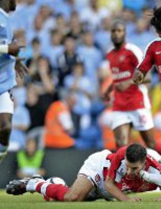 Адебайор го отнесе заради ритника срещу Ван Перси, пропуска дербито с Юнайтед