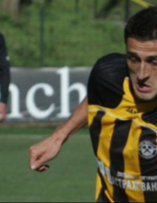 Хазуров игра за Бней Сахнин при загуба от Апоел Тел Авив