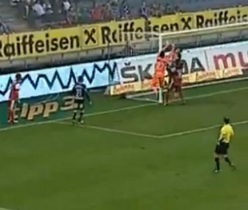 Вратар си вкара смешен автогол в Австрия (видео)
