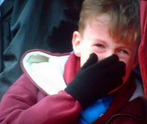 Уест Хям търси младия фен, плакал на мача с Форест