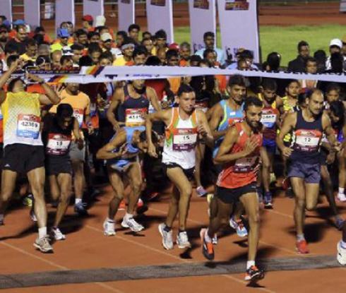 Лидери на маратон в Индия взимат автобуса