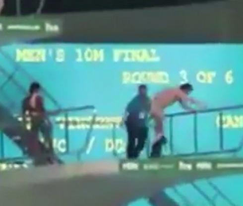 Зрител скочи от кулата в олимпийския басейн (видео)