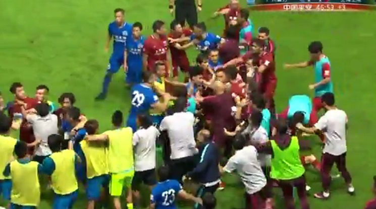 Оскар предизвика масов бой по време на мач в Китай (видео)
