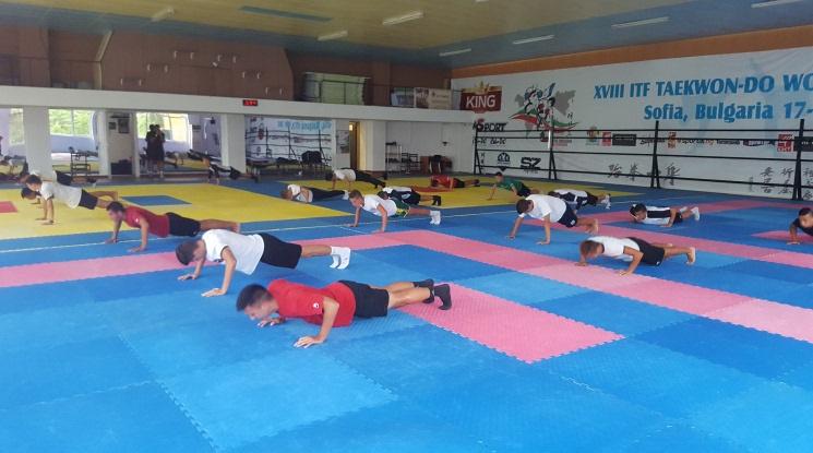 Силова тренировка за 17-ките на Локо Пловдив в залата по Таекуондо