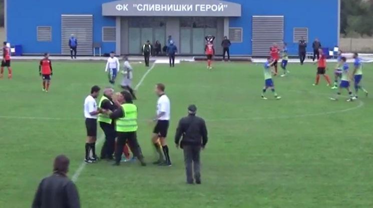 Здрав бой по време на мач в Югозападна Трета лига (видео)