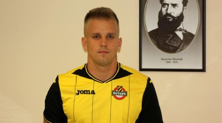 Ботев Пловдив освобождава полски вратар
