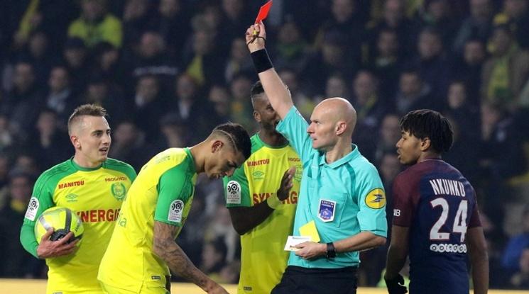 Обявиха наказанието на съдията, който изрита футболист (видео)