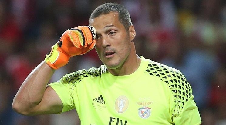 Жулио Сезар окачва ръкавиците