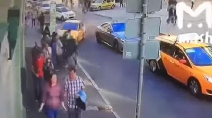 Таксиметров шофьор помете мексикански фенове до Червения площад (видео)