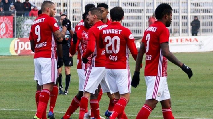 ЦСКА предложи нови договори на Тиаго и Черниаускас
