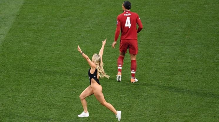 Ето защо блондинката нахлу на терена във финала