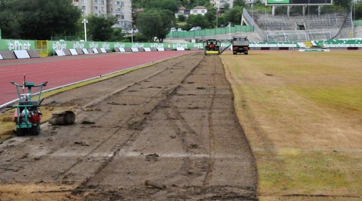 Берое подменя тревната настилка на стадиона