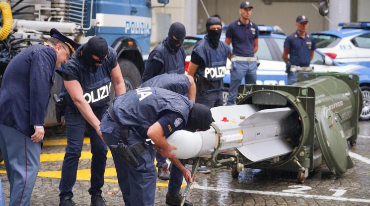 Италианската полиция иззе бойна ракета от ултраси на Юве