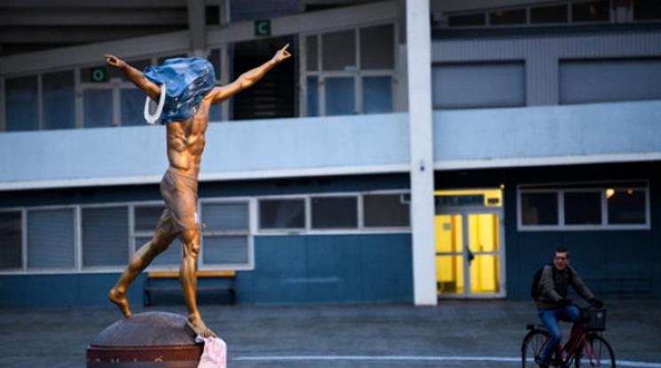 Запалиха статуята на Златан (видео)