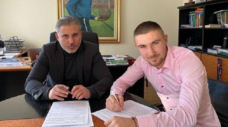 Мартин Петков подписа нов договор с Левски