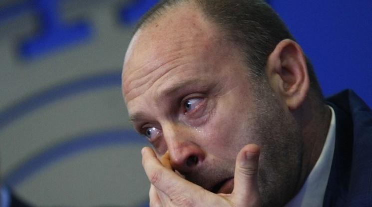 """Тити побесня, след като получи носни кърпички от представителя на """"Макрон"""" за България"""