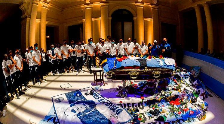 Погребаха Марадона в близост до родителите му