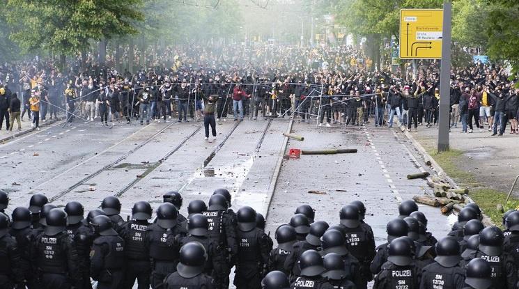 Феновете на Динамо Дрезден раниха близо 200 полицаи (видео)