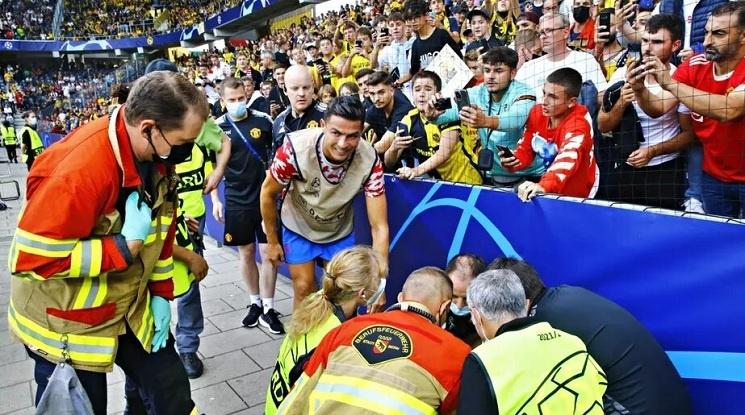 Роналдо повали с топката жена на загрявката на Йънг Бойс - Юнайтед